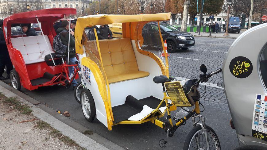 paris manifestation des v los taxis pour r clamer un cadre l gal. Black Bedroom Furniture Sets. Home Design Ideas