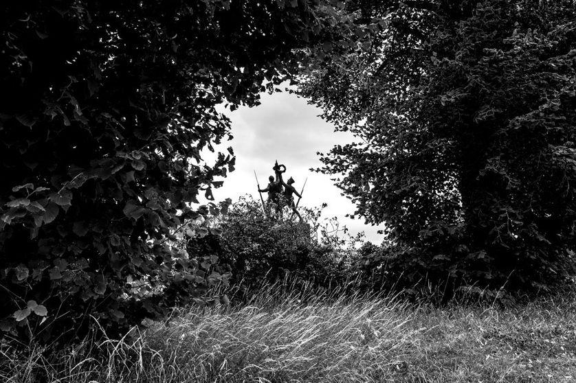 Au carrefour d'Hurtebise, un monument célèbre l'histoire, un grognard de Napoléon serrant le même faisceau qu'un poilu de 14.