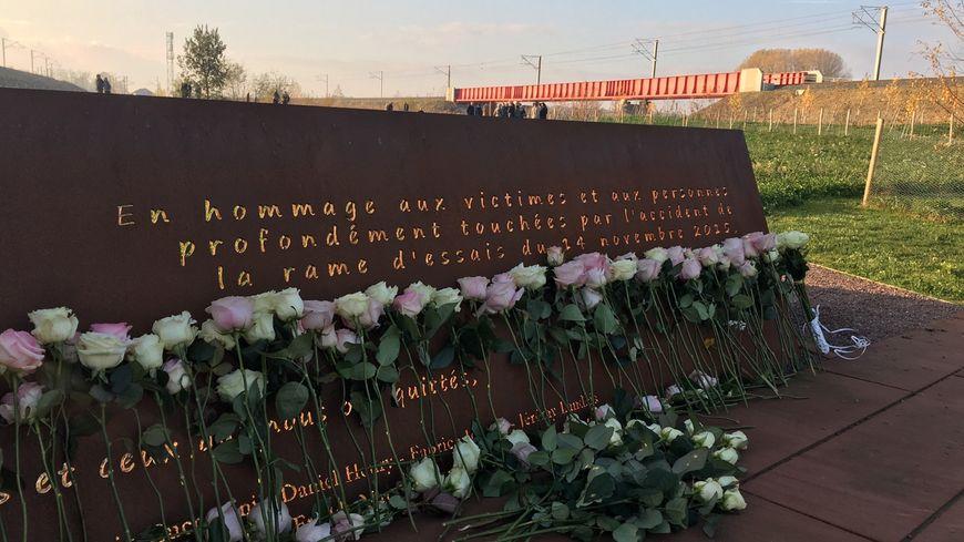 Les familles de victimes ont déposé des roses en hommage aux victimes de l'accident
