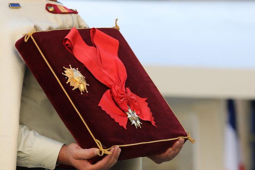 Un soldat français tient la Grand Croix de la Légion d'honneur, pendant une cérémonie à l'Hotel des Invalides, à Paris le 22 septembre 2017.