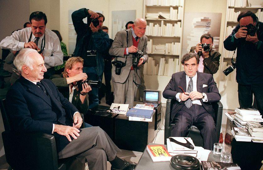 Bernard Pivot entouré de photographes de presse sur le plateau d'Apostrophe en 1989