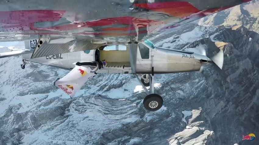 Le premier Wingsuiteur (Vincent Reffet)  en train de rentrer dans l'avion © Radio France - Capture d'écran
