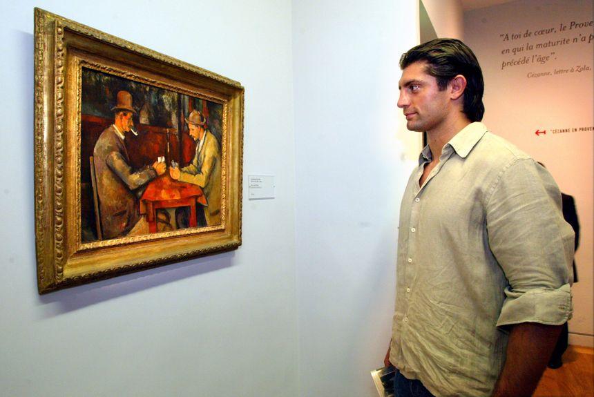 """Le rugbyman Pierre Rabadan devant """"les joueurs de cartes"""" de Cézanne au musée Granet d'Aix en 2006"""
