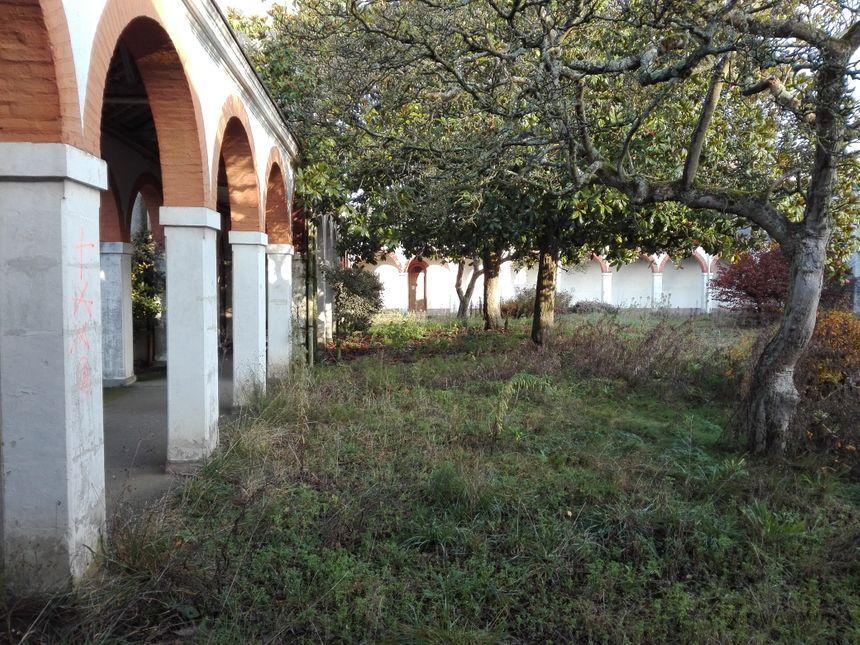 Le cloître de l'ancien hôpital Etoc Demazy