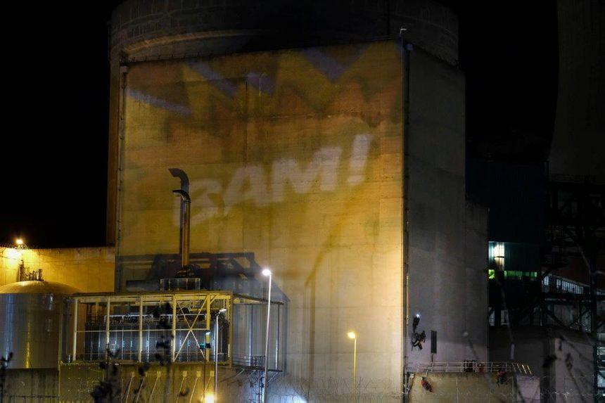 """""""BAM"""" projeté sur la façade d'un bâtiment de la centrale nucléaire du Cruas, où se sont introduits des militants de Greenpeace"""
