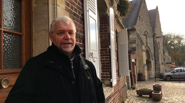 Jean-Claude Pellerin, la maire de Fitz James devant la mairie. « J'ai perdu l'enthousiasme de mon premier mandat. On se demande de plus en plus à quoi on sert »