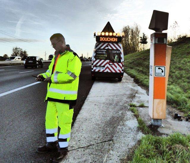 L'un des salariés des sociétés d'autoroute qui risquent à tout moment d'être écrasés par un chauffeur distrait