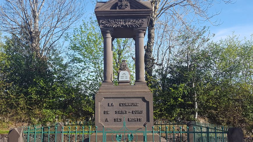 Le monument aux morts de Saint-Ours (63)