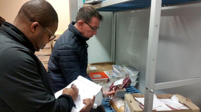 Xavier Rosières et Salif Samaké inspectent une des chambre froide d'une cuisine centrale