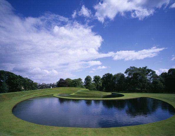 Le jardin du Scottish National Gallery of Modern Art. Lake and Terracing, réalisé par l'architecte Charles Jencks.