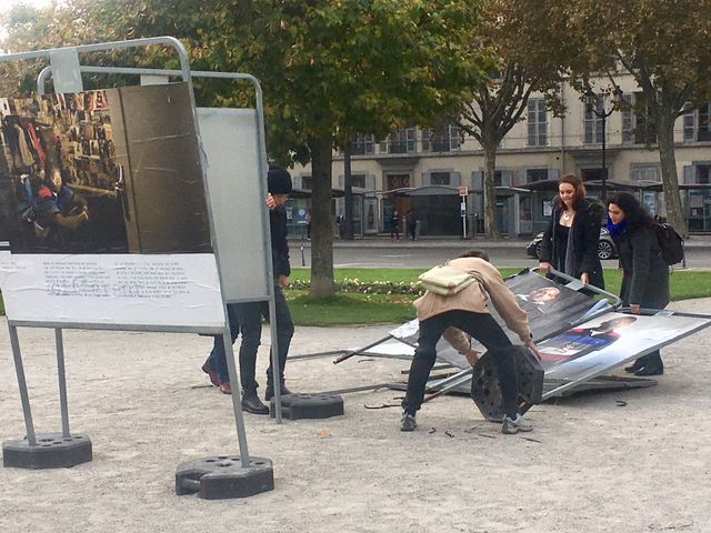 Des habitants de Grenoble remettant en place l'exposition