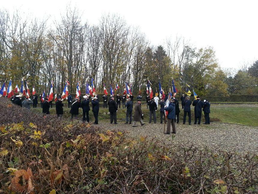 Les drapeaux des anciens combattants attendent dans le vent les présidents français et allemand.