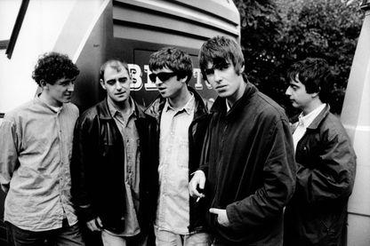 Photo du groupe Oasis, Tony McCarroll, Paul 'Bonehead' Arthurs, Noël Gallagher, Liam Gallagher, et Paul 'Guigsy' McGuigan en 1994