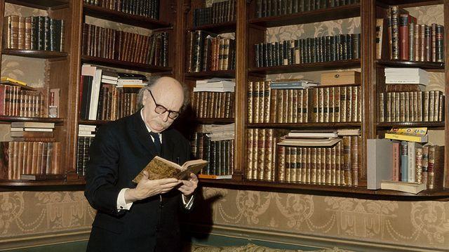 Jean Rostand dans sa maison de Ville d'Avray - 1970