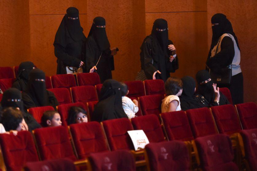"""Des femmes saoudiennes arrivent pour regarder des courts-métrages saoudiens lors du festival """"Short Film Compétition 2"""" le 20 octobre 2017 au King Fahad Culture Center à Riya."""