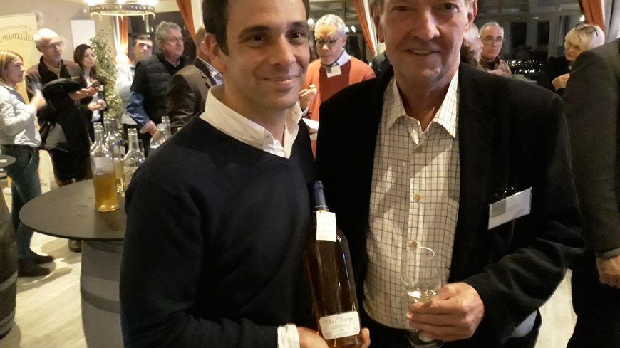 Julien Monfort avec sa bouteille clos l'Envège et Martin Walker, l'auteur britannique de polars installé en Périgord
