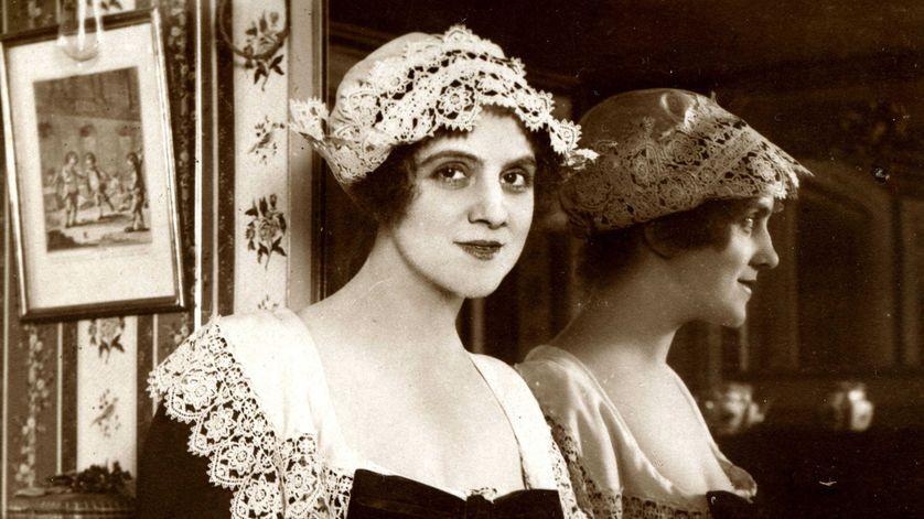 Portrait de la comédienne Beatrix Dussane (1886-1969), photographiée dans sa loge. Carte postale du début du 20ème siècle.