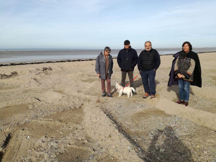 Des Annevillais s'inquiètent des conséquences de ces prélèvements de sable sur le cordon dunaire de la commune.