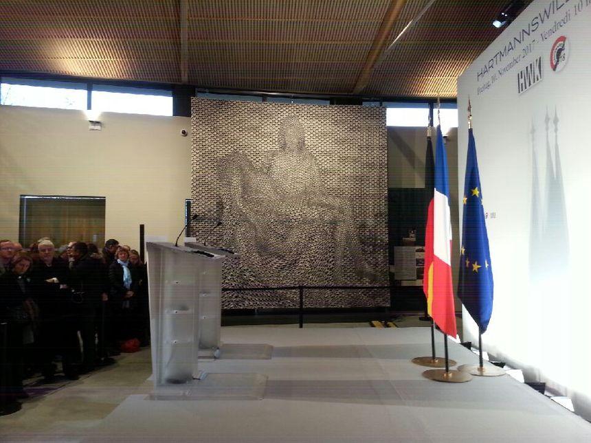 Les pupitres attendent les chefs d'Etat ainsi qu'une tapisserie réalisée par un artiste allemand et les ateliers d'Aubusson.
