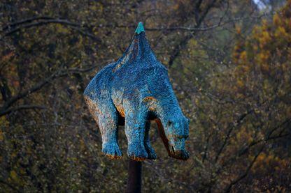 """La sculpture """"Unbearable"""" réalisée par l'artiste danois Jens Galschiot et présentée dans le parc Rheinaue de Bonn"""