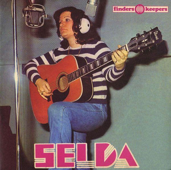 Née en 1948,  Selda Bağcan enregistre son premier disque, Selda, en 1975 (réédité par Finders Keepers). Ses chansons engagées lui ont valu plusieurs séjours en prisons pendant la dictature dans les années 80.