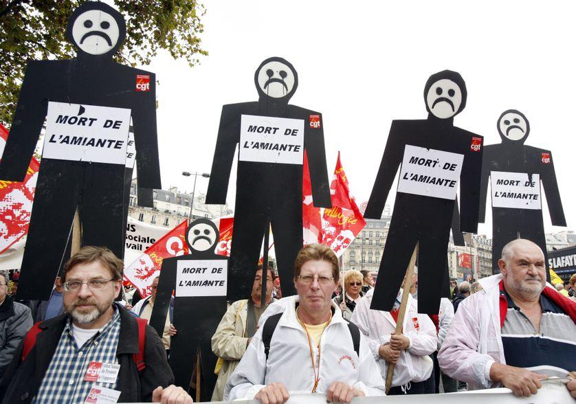 Des personnes manifestent le 13 octobre 2007 à Paris, pour une meilleure indemnisation des victimes d'accidents du travail et de maladies professionnelles, et contre les franchises médicales.