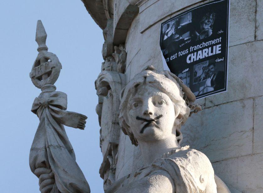 Une croix barre la bouche de la statue de Marianne de la place de la République, à Paris, le 11 janvier 2015.