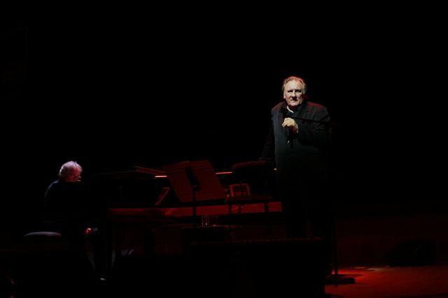 Gérard Depardieu chante Barbara sur la scène du studio 104 de la maison de la Radio, accompagné de Gérard Daguerre au piano