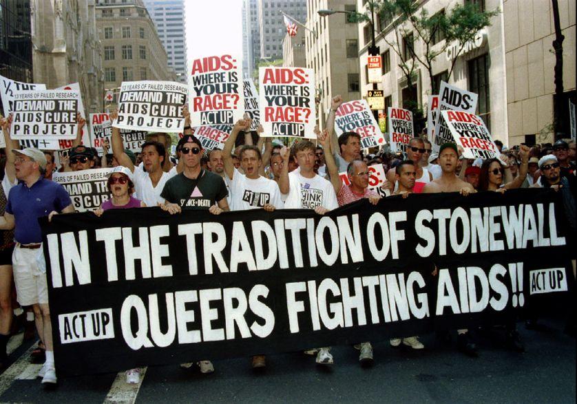 """Juin 1994, à Manhattan : les militants d'Act Up défilent à l'occasion du 26e anniversaire de la révolte de """"Stonewall"""" contre la répression policière et les arrestations arbitraires dans les bars du Greenwich Village"""