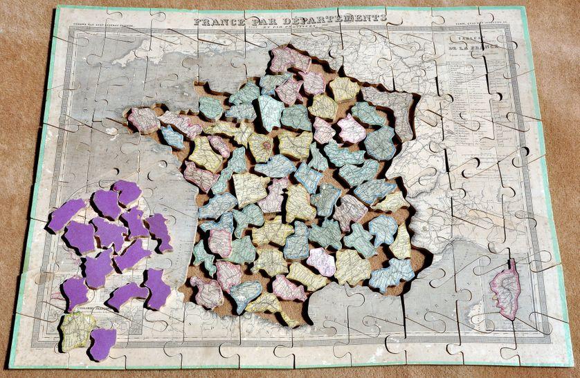 Puzzle ancien en bois 1886 : carte de France avec ses départements et ses provinces.