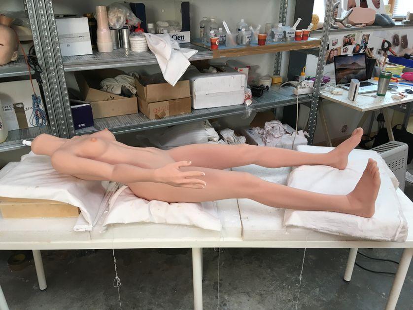 Dans l'atelier de fabrication des poupées, en France