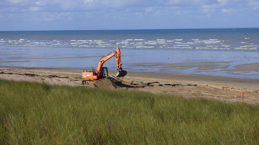 Les prélèvements de sable sur la plage d'Anneville-sur-Mer ont commencé début octobre et devraient durer encore deux à trois semaines.