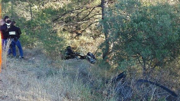 La Ford noire dissimulée dans un bois en contrebas de la route - Radio France