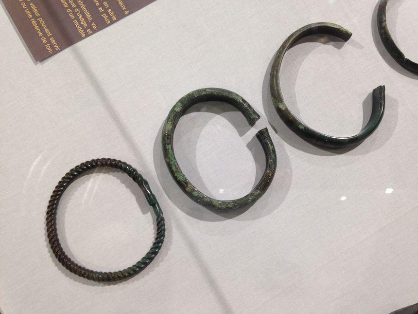 Des bracelets et des anneaux de chevilles vieux de plus de 3000 ans au musée de Jublains.