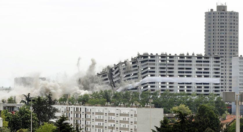 """Destruction de la """"barre 220"""", dans le quartier """"La Duchère"""" à Lyon, mai 2010"""