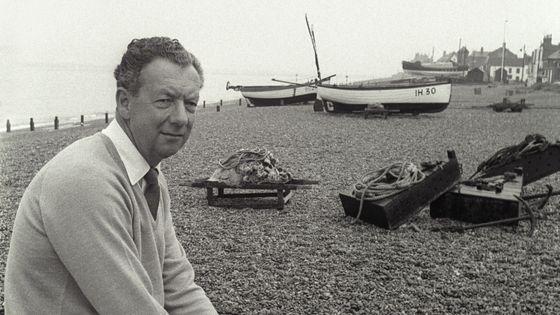 Benjamin Britten sur la plage d'Aldeburgh en 1964