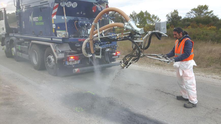 Christophe Gainza au pupitre de contrôle du camion d'enrobé à froid de la société Néovia Solutions