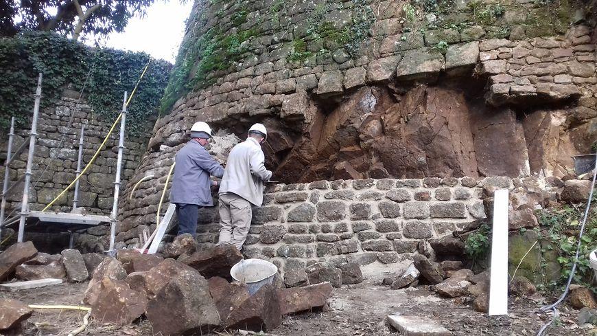 la restauration d'une des tours du château de Lassay