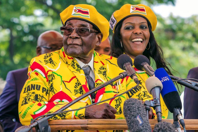 Robert Mugabe et son épouse lors d'une réunion du Zanu-PF, le parti au pouvoir, après le limogeage du vice-président Emmerson Mnangagwa (08/11/17)