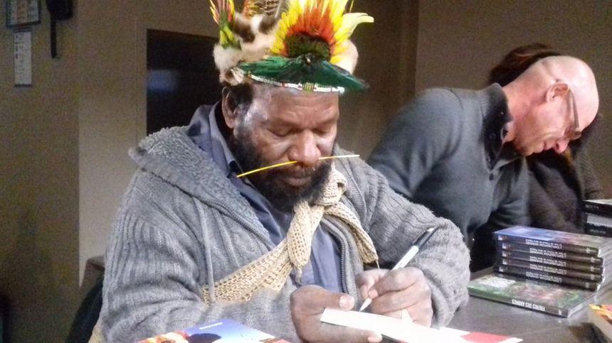 Mundiya Kepanga, chef papou, en séance dédicaces à Bourg-Saint-Andéol (Ardèche)