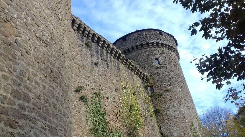 Au pied du château de Lassay