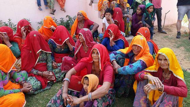 Les mamans qui attendent la sortie de leurs enfants, à Ashrol en Inde.