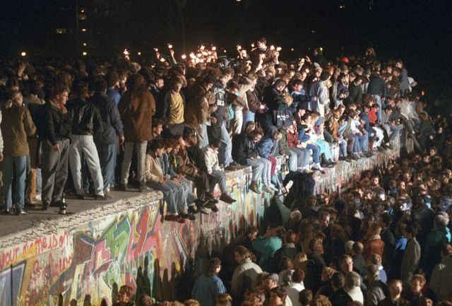 Célébration sur le mur de Berlin dans la nuit du 11 novembre 1989, deux jours après la chute du mur…