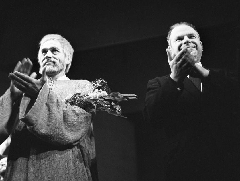 """Le comédien Paul Scofield (à g.) et le metteur en scène Peter Brook (à dr.) à la fin de la représentation du """"Roi Lear"""" le 02/04/1964  à Moscou."""
