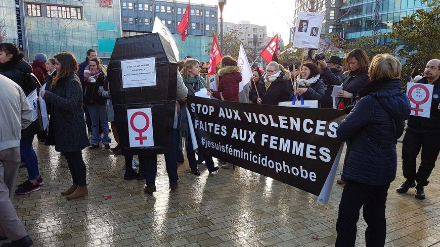 Presque 200 personnes se sont réunies place de Jaude malgré le froid pour dénoncer les violences faites aux femmes.