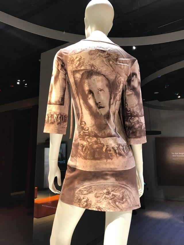 """Costume présenté dans la section du musée  """"impact de la Bible dans le monde"""""""