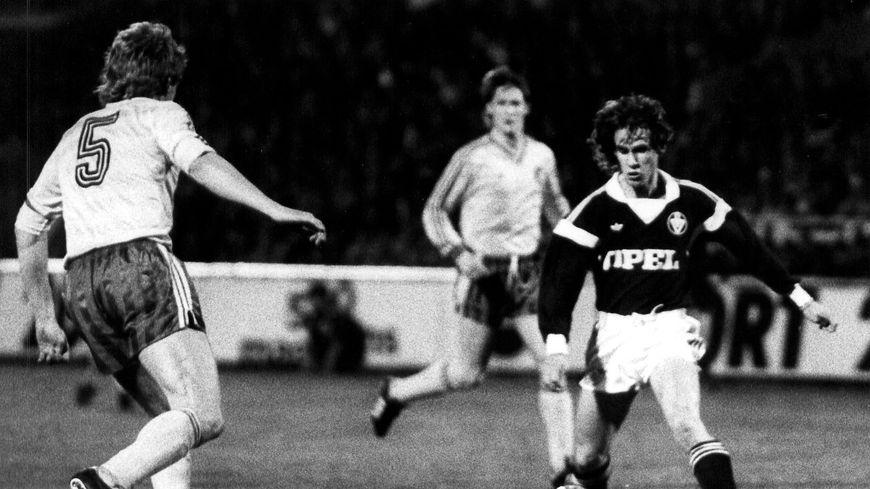 Philippe Fargeon (à droite) lors de la demie finale de la Coupe des vainqueurs de coupes 1987, perdue face aux Est-Allemands du Lokomotive Leipzig.