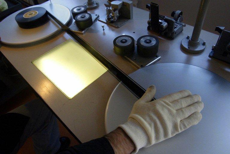 Employé visionnant un film dans l'une des salles du Centre de conservation et de recherche de la cinémathèque de Toulouse, 2004.