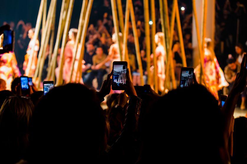 Lorsque l'on regarde un défilé à travers son écran de smartphone, que voit-on du réel ?
