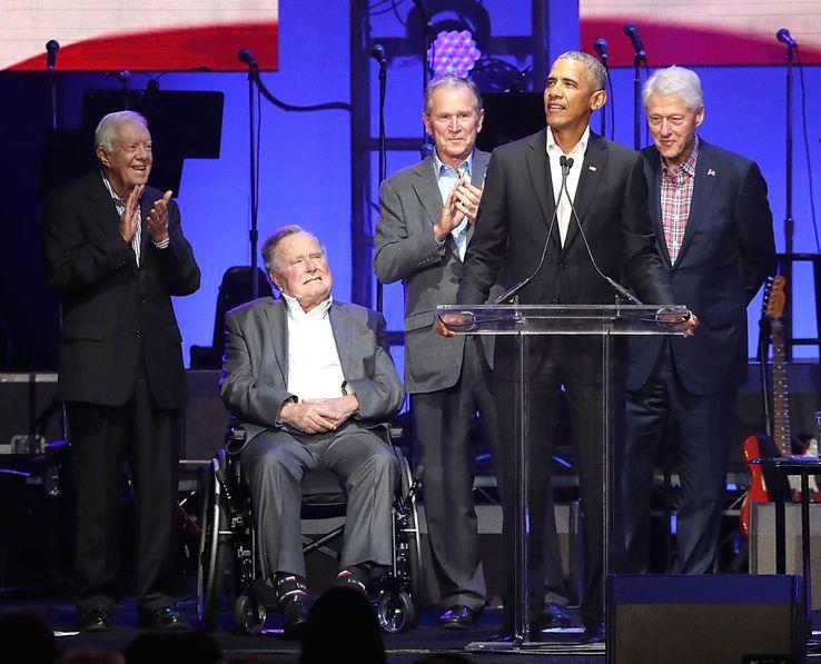 Les 5 anciens présidents des Etats-Unis encore en vie réunis le 21 octobre 2017, pour les victimes des ouragans, dans la ville universitaire de College Station, au Texas